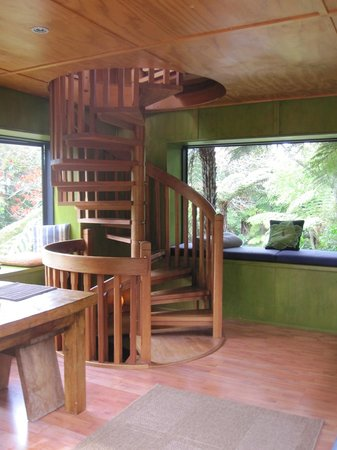 The Treehouse: Kitchen, lounge & dining area, great bush views