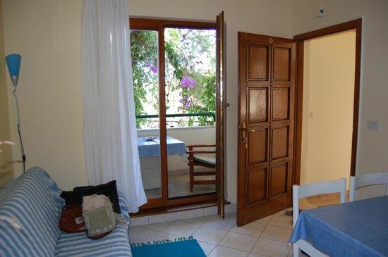 Apartments Grbesa : вид из кухни на балкон