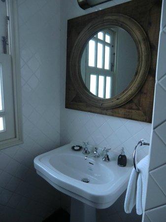 The Cabochon Hotel: Bathroom