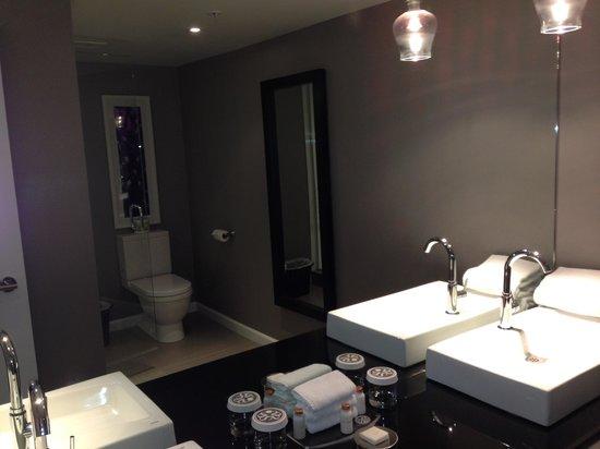 Sandman Signature Vancouver Airport Hotel & Resort: Bathroom