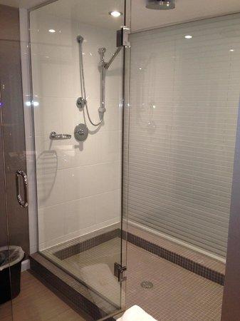 Sandman Signature Vancouver Airport Hotel & Resort: Shower in Suite