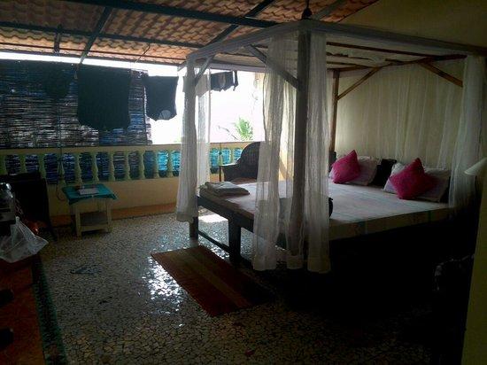 D'Mellos Guesthouse: Interno camera vista mare