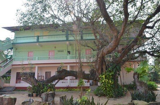 D'Mellos Guesthouse: Esterno palazzina vista mare