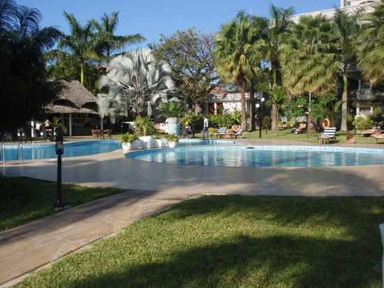 DoubleTree by Hilton Dar es Salaam-Oysterbay: Zona de piscina