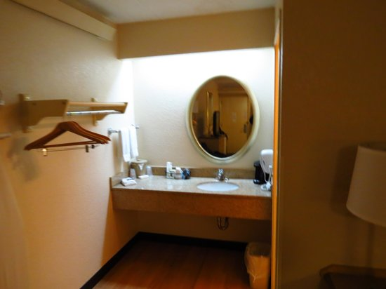 Red Roof Inn Huntington: Vanity area shot