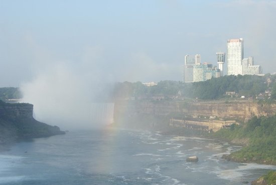 Rainbow Bridge: 橋から眺めるナイアガラ瀑布
