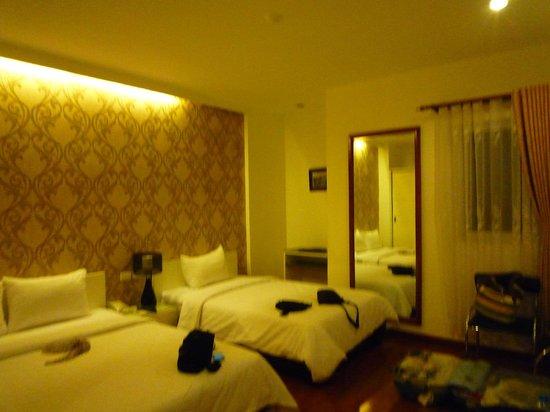 Hanoi Legacy Hotel Hoan Kiem: triple room - room 804 - bathroom