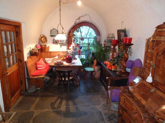 Braugasthof Lobisser Gasthof: Small living/dining room entry