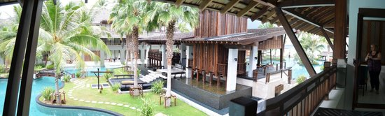 Mai Samui Resort & Spa : View looking into the resort, with the pool surrounding the Fine Dining area.