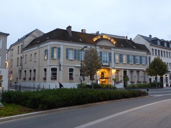BEST WESTERN Le Grand Monarque: Hotel frontage - great location