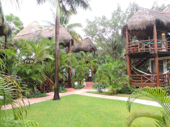Mahekal Beach Resort: garden-center in middle of our garden-view rooms