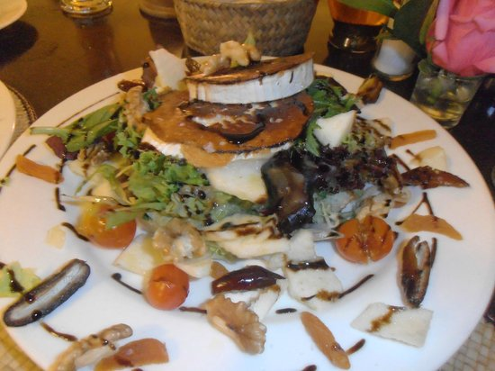 Restaurante Pizzeria Es Port: goats cheese, walnut, apple + more salad