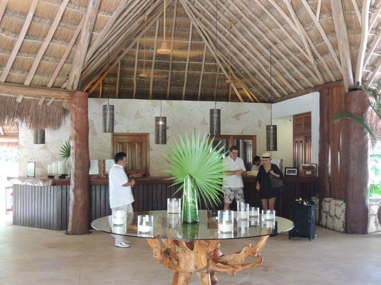 Mahekal Beach Resort: Lobby with reception in the back