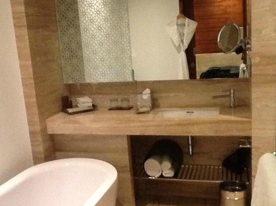Vivanta by Taj - Gurgaon, NCR: Pretty well-decorated yet functional bathroom