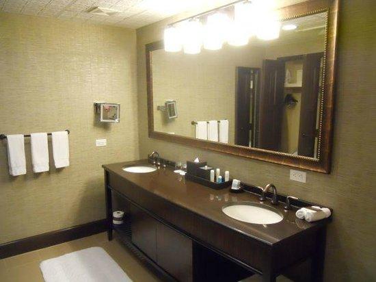 Omni Austin Hotel Downtown: Suite Bathroom