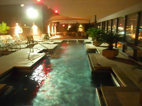 Omni Austin Hotel Downtown: Rooftop pool at night