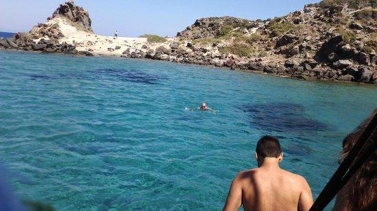 Hotel Atlantis : По пути из Нисироса нас завезли искупаться в такую замечательную бухточку с удивительной водой