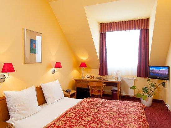 Cloister Inn Hotel: Guest room