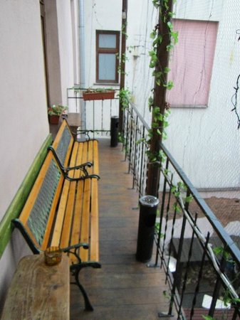 Pink Panther's Hostel: Smoking area. Smaller patio