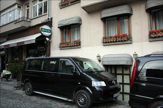 Celal Sultan Hotel: Наш номер, рядом с вывеской отеля