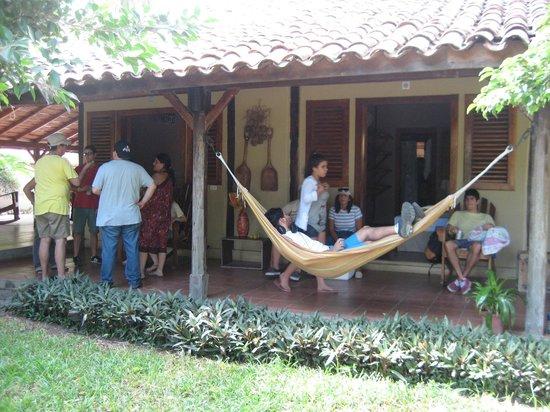 Finca San Juan de la Isla: Hamacas frente a las habitaciones