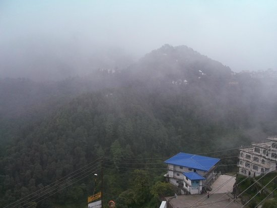 Hotel Broadway Mussoorie : VIEW FROM OUR HOTELS COURTYARD