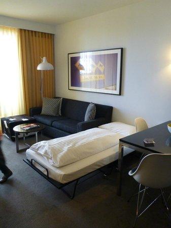Adina Apartment Hotel Berlin Hackescher Markt: Le Salon Avec Lit Du0027appoint  Pour Enfant