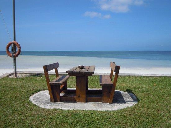 Beach Villa Seychelles : tavolo sull'oceano