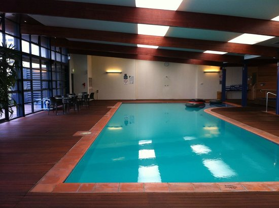 Novotel Canberra: Pleasant pool & spa ideal for relaxation but no chance of dozing off with that raucous sound !