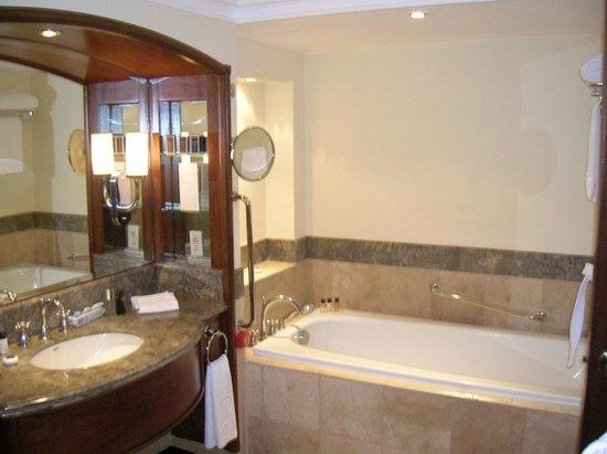 The Peninsula Manila: Bathroom
