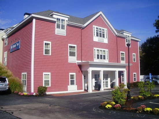Fairfield Inn Boston Sudbury: The front entrance with our room under the gable at the top