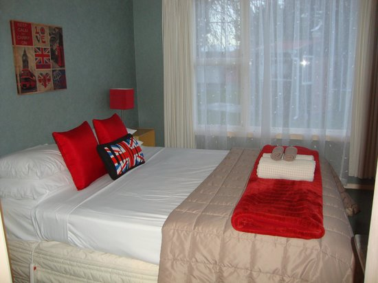 Lorneville Lodge and Holiday Park: the queen bedroom