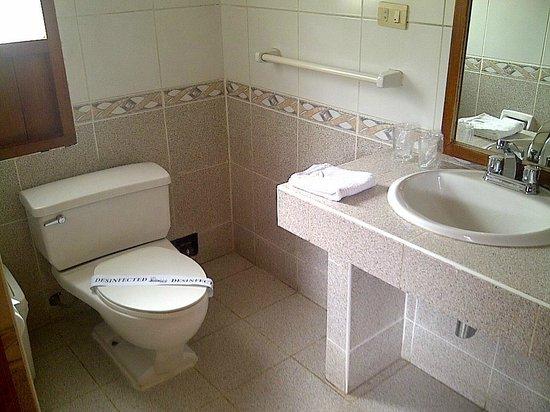 SAUCE Hostal: vista do banheiro