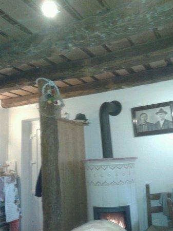 A La Stala: La stua e il bellissimo soffitto.