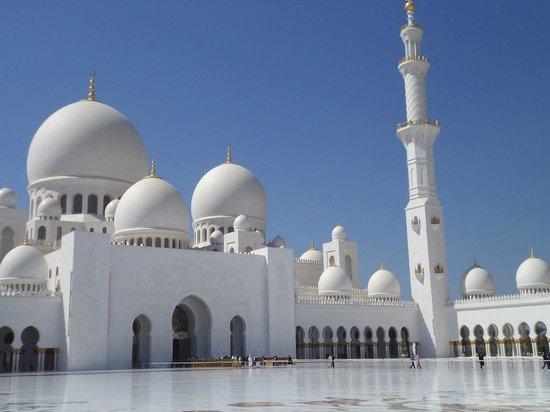 Ramada Hotel & Suites Sharjah: Белая мечеть