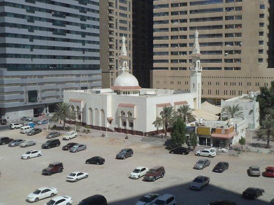 Ramada Hotel & Suites Sharjah: Мечеть возле отеля