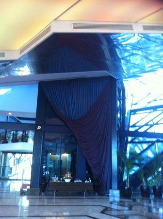 Susesi Luxury Resort : jeu de reflets dans le hall