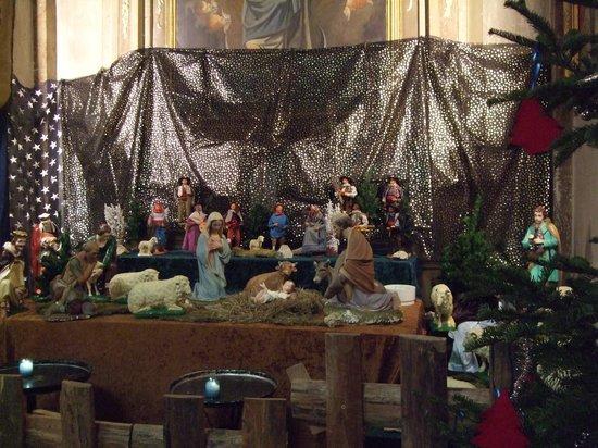 Eglise Notre Dame de l'Assomption : クリスマスに訪れたので、聖堂内には、キリスト生誕を表現している人形のジオラマが飾ってありました