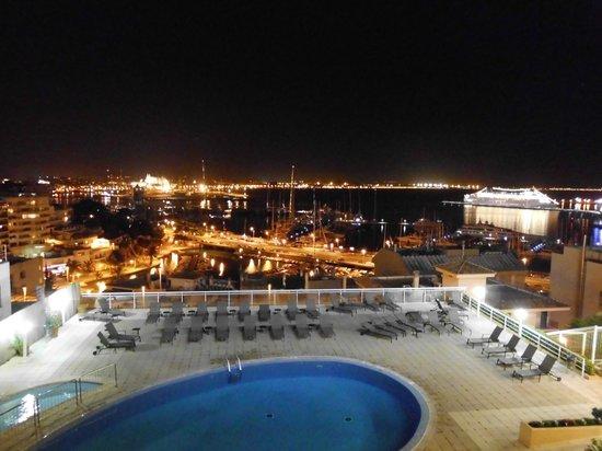 Catalonia Majorica Hotel: Ausblick vom Balkon aus auf das nächtliche Palma und den Hafen