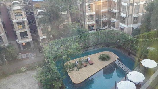 Crowne Plaza Pune City Centre: Pool view