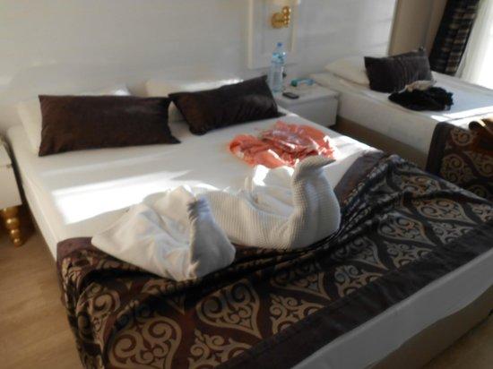 Serenis Hotel: Bettdeko vom Zimmermädchen