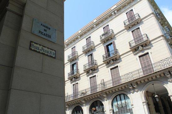 Hostal Nuevo Colon: Окрестности (улица Пикассо)