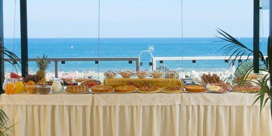 Hotel Augustus: buffet vista mare