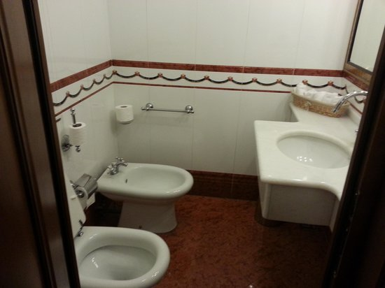 Due Torri Hotel: mens rest room