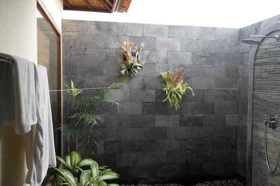 De Munut Balinese Resort: Outside Bathrrom