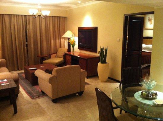 Sheraton Senggigi Beach Resort : гостиная двухкомнатного сьюта