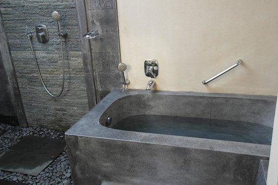De Munut Balinese Resort: Bathtub Outside