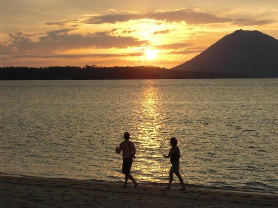Siladen Resort & Spa: Sonnenuntergang Blick vom Strand