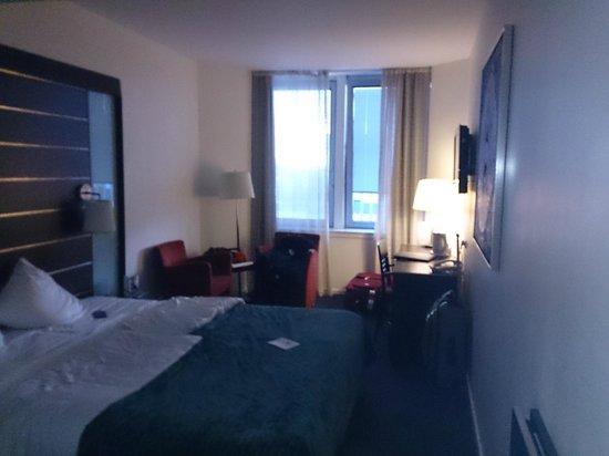 Imperial Hotel: stort rom med utsikt mot et vann