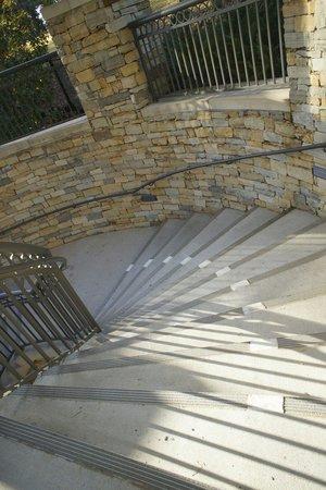 Renaissance Birmingham Ross Bridge Golf Resort & Spa: Staircase detail
